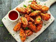 Рецепта Печени пилешки крилца в марината от мед, соев сос и балсамов оцет върху хартия за печене на фурна